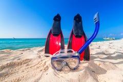 潜航的面具和飞翅在海滩 免版税库存图片