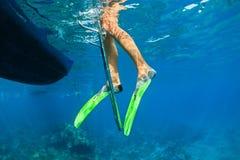 潜航的飞翅的孩子在潜水者小船梯子站立 免版税库存图片