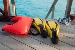 潜航,面具飞翅和lifebuoy的设备 库存照片
