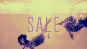 潜水入在晚礼服的游泳池的两个女孩与销售发短信 影视素材