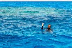 轻潜水员做和平标志 免版税库存图片