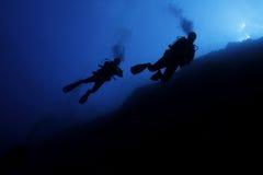 轻潜水员在Elphinstone的小组剪影 免版税库存照片