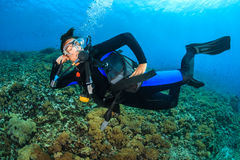 潜水员女性愉快的水肺 免版税库存图片