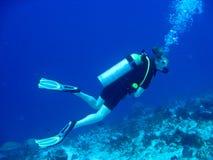 潜水员女性水肺 免版税库存照片