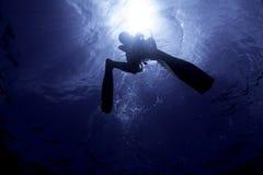 轻潜水员Silhoutte在表面 库存图片