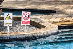 潜水和深度不签到swimmimg水池 库存照片