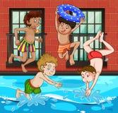潜水和游泳在水池的男孩 免版税库存照片