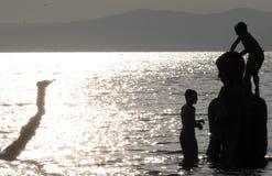 潜水在符拉迪沃斯托克俄罗斯的孩子 免版税图库摄影