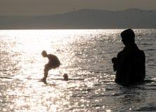 潜水在符拉迪沃斯托克俄罗斯的孩子 图库摄影