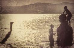 潜水在符拉迪沃斯托克-俄罗斯的男孩 库存图片