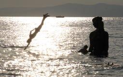 潜水在符拉迪沃斯托克-俄罗斯的男孩 图库摄影
