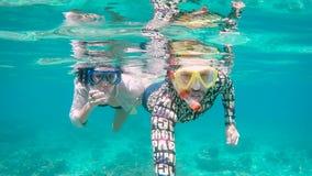 潜水在巴厘岛海岛上  年轻夫妇潜水与水肺 在巴厘岛海岛上有是的一切 股票录像