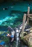 潜水在cenote,墨西哥 库存图片