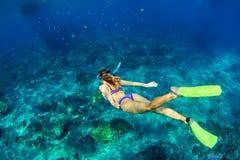 潜水的少妇在水面下 图库摄影