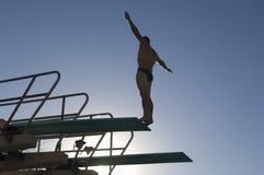 潜水的男性潜水者 免版税图库摄影