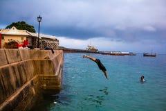 潜水的非洲男孩 免版税库存图片