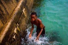 潜水的非洲男孩 图库摄影