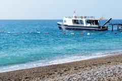 潜水的马达游艇是近的码头 免版税库存图片