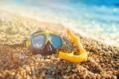 潜水的黑面具和在海滩的管谎言,在沙子 旅游业和旅行的概念 库存照片