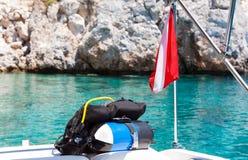 潜水者下垂与佩戴水肺的潜水设备小船 免版税图库摄影