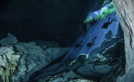 潜水者下降入A cenote 免版税库存图片