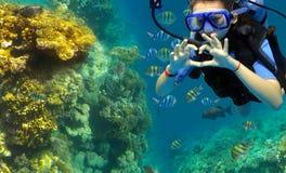 潜水者显示一个姿态 免版税库存图片
