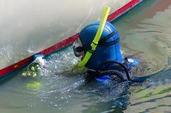 潜水者清洁小船船身风船维护 免版税库存照片