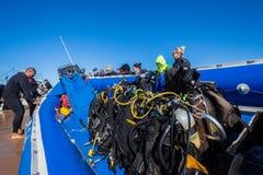潜水者设备小船海滩发射 免版税库存图片