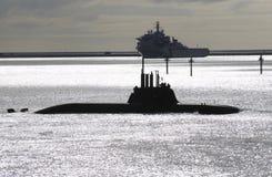 潜水艇和一艘军舰在普利茅斯听起来英国 库存照片