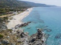 潜水艇的天堂,与俯视海的海角的海滩 赞布罗内,卡拉布里亚,意大利 鸟瞰图 免版税库存图片