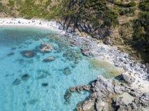 潜水艇的天堂,与俯视海的海角的海滩 赞布罗内,卡拉布里亚,意大利 鸟瞰图 图库摄影