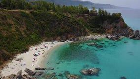 潜水艇的天堂,与俯视海的海角的海滩 赞布罗内,卡拉布里亚,意大利 股票视频