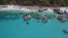 潜水艇的天堂,与俯视海的海角的海滩 赞布罗内,卡拉布里亚,意大利 股票录像