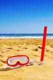 潜水面具和废气管在海滩的沙子 库存照片