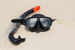 潜水面具和废气管在海滩 免版税库存图片