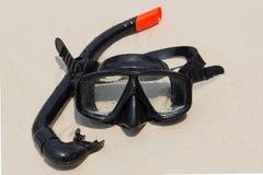潜水面具和废气管在海滩 库存照片