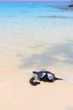潜水面具和废气管在海滩 库存图片