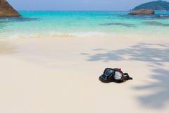潜水面具和废气管在海滩 免版税库存照片