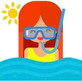 潜水面具的女孩与废气管 游泳在蓝色 免版税库存照片