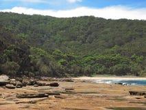 潮汐岩石的岸 免版税图库摄影