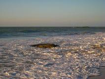 潮汐打扫横跨Cavaleiors海滩, RJ,巴西冲 免版税库存照片
