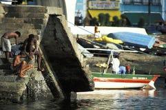 洗澡的年轻人在港口,萨尔瓦多,巴西 库存图片
