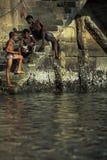 洗澡的年轻人在港口,萨尔瓦多,巴西 免版税库存图片