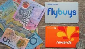 澳大利亚人两主要超市连锁奖励卡片和当地货币 买菜储款概念 免版税库存图片