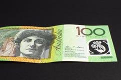澳大利亚人关于黑背景的一百美元笔记 免版税库存图片