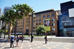 澳大利亚人民城市生活有大厦的在城市在悉尼 库存图片