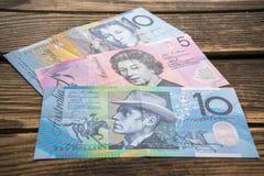 澳大利亚元几张钞票年迈的木表面,关闭上的  免版税库存图片