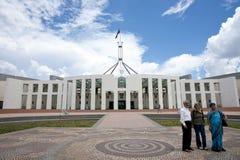 澳大利亚前房子parlia三个游人 免版税库存照片