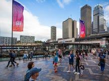 澳大利亚天在悉尼港口下垂飞行 库存图片