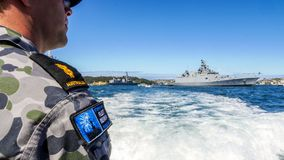 澳大利亚海军官员看看INS Sahyadri F49印地安军舰在国际舰队回顾悉尼期间的悉尼港口2013年 图库摄影
